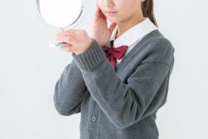 鏡を見ている女の子